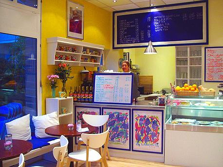 Das Happiness-Heart-Café in Berlin-Wilmersdorf - Blick zur Theke